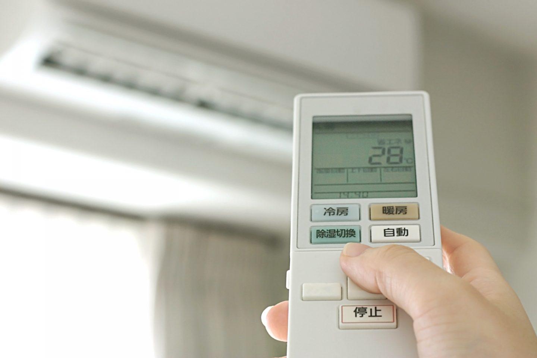 エアコンの温度設定を28℃にしている画像
